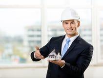 Inżynier wskazuje przy modela domem Obraz Royalty Free