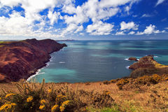 Ynys y Ddinas à travers le littoral de Pwll Deri Pembrokeshire Image libre de droits