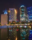 Yo cuadrado y edificios del linh alrededor en la noche en Ho Chi Minh City Imagen de archivo