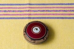 Yo-yo en bois de cru sur la nappe jaune