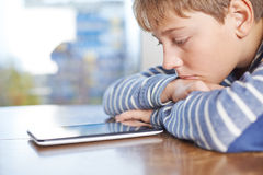 12 yo Kinderzusammensetzung mit Tablette Stockfoto