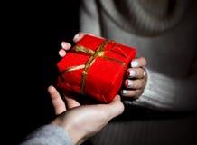 Yo que pasa el regalo adornado a mi esposa Foto de archivo