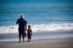 Yo y mi borde de las aguas del papá que hace una pausa Imagen de archivo libre de regalías