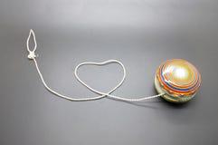 Yo-yo d'annata con cordicella che arriva a fiumi forma del cuore fotografie stock