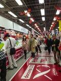 Yodobashi Akiba电子购物中心的人们 库存图片