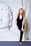 Yog красивой сексуальной белокурой формы тела женщины совершенной атлетическое тонкое Стоковое Фото
