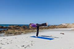 Yogaövning på stranden Arkivfoto