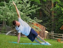 Yogaövning: Sidoplankan/Vasisthasana poserar Arkivfoton