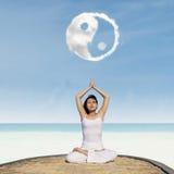 Yogaövning under det Yin Yang molnet arkivbilder