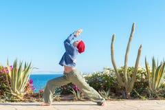 Yogaövning vid havet Arkivbild