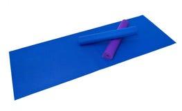 Yogaübungsmatten auf Weiß Stockbild