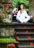 Yoga à l'extérieur photographie stock libre de droits