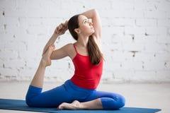 Yoga à l'intérieur : Le Roi Pigeon Pose photo stock