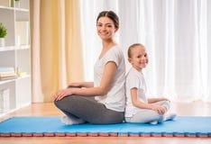 Yoga à la maison Photographie stock