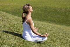 Yoga à la nature images stock