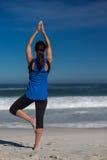 Yoga à la plage Photographie stock
