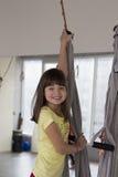 Yoga aérien pratiquant - anti gravité avec des écharpes Image stock