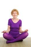 Yoga aîné - contentement Photos libres de droits