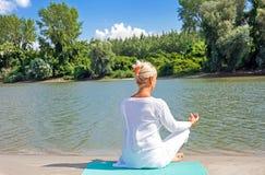 Yoga aîné de femme Photographie stock libre de droits