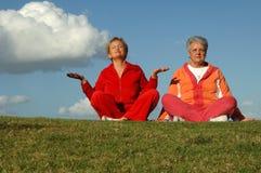 Yoga aîné de femmes à l'extérieur Image stock