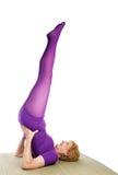 Yoga aîné - stand d'épaule Photos libres de droits