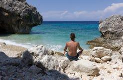 Yoga accanto al mare Fotografie Stock Libere da Diritti