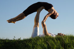 Yoga acrobatica. immagine stock