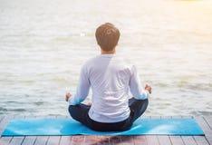 Yoga ademhaling en meditatie, die voor gezond ontspannen stock foto's