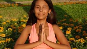Yoga adolescente de la muchacha o rogación Fotografía de archivo