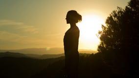 Yoga afuera almacen de metraje de vídeo