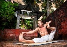 Yoga akarna dhanurasana Royalty Free Stock Photos
