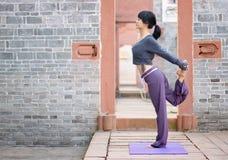 Yoga al aire libre Imagenes de archivo