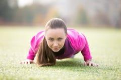 Yoga al aire libre: actitud cuatro-limbed del personal Foto de archivo libre de regalías