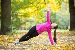 Yoga al aire libre: Actitud lateral del tablón Imagenes de archivo