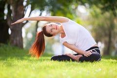 Yoga al aire libre La mujer feliz que hace ejercicios de la yoga, medita Foto de archivo