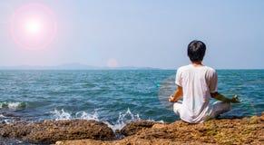 Yoga al mare Immagine Stock