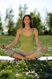Yoga all'aperto Fotografie Stock