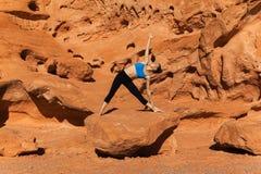 Yoga all'aperto su roccia Immagine Stock
