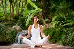 Yoga all'esterno fotografia stock libera da diritti