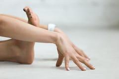 Yoga all'interno: allungamento dell'esercizio Immagine Stock