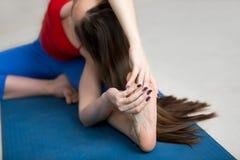 Yoga all'interno: Il Testa--ginocchio girato in avanti piega la posa Fotografia Stock