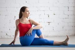 Yoga all'interno: Mezzo signore della posa dei pesci Fotografia Stock