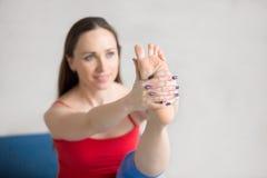 Yoga all'interno: Posa di Krounchasana Fotografia Stock