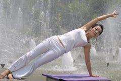 Yoga alla fontana Immagini Stock
