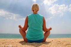Yoga alla spiaggia Fotografia Stock Libera da Diritti