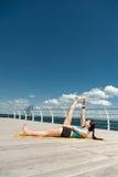 yoga Anantasana di posa contro il mare fotografia stock libera da diritti