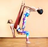 Yoga anti-gravité à l'hamac Photo libre de droits
