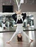 Yoga anti-gravité Photos libres de droits