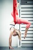 Yoga anti-gravité Images libres de droits