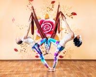 Yoga anti-gravité de couples à l'hamac Photographie stock libre de droits